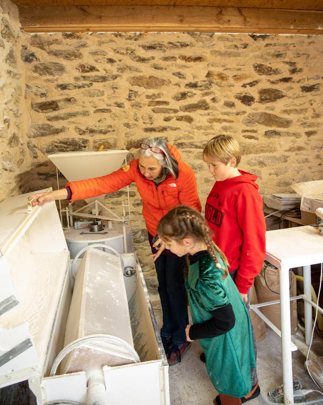 La moulin Astrie à meule de pierre de la ferme de Planesty