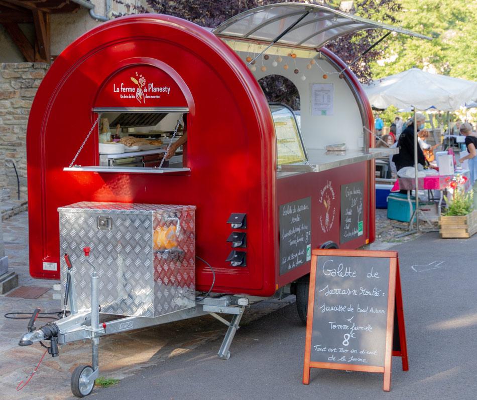 Food Truck rouge de la ferme de Planesty, cuisine biologique